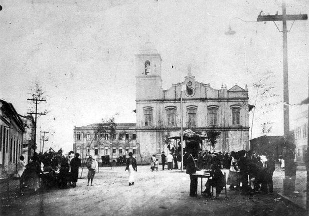 3 . Festa junina em frente a Igreja Matr