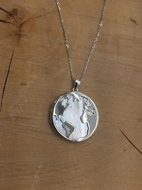 Colgante del mapa del mundo en Plata y Nácar con cadena.