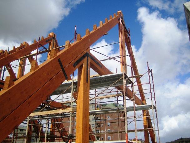 costruzione capriate in legno lamellare.JPG