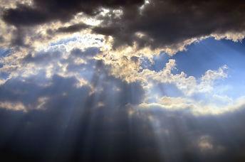 Ciel avec des nuages noirs menaçants et avec un léger halo