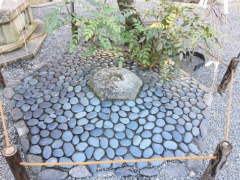 Hesoishi (Bellybutton Stone) at Rokkaku-do