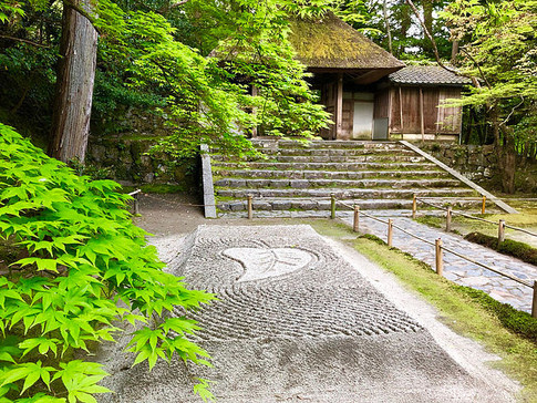 Byakusadan and Fresh Greenery at Honen-in Temple