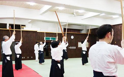 剣による太刀捌きと脚捌きの稽古@箱根神社武道場