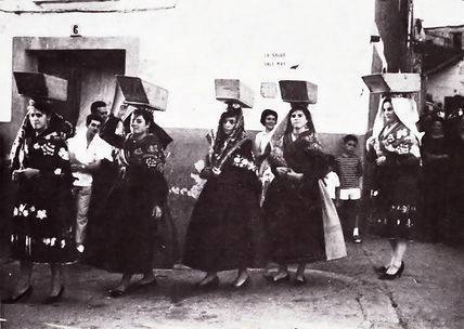 Día del Tálamo en Torrejoncillo y mujeres con el traje típico y Pañuelo del Gajo