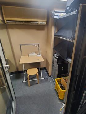 およそ1.5畳の防音個室。ワークスペースにも。