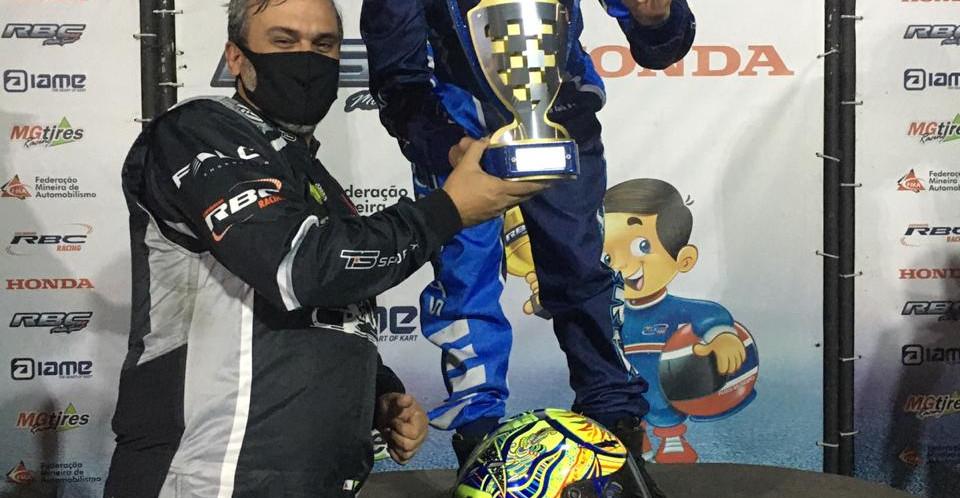 Entrega do troféu para o Campeão, o piloto Lincoln Luiz