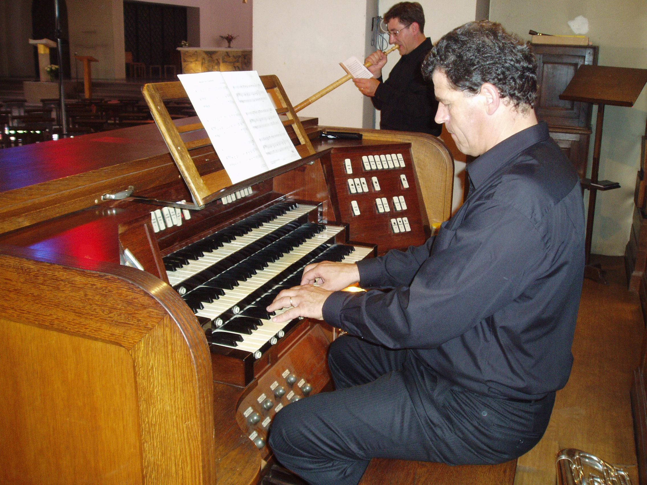 Organiste_du_quatuor_ceux_d'en_haut_le_22_août_2007.JPG