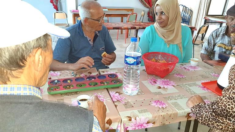 ( BOUZID, Tunisie ) Préparer le matériel du jeu cognitif Africain