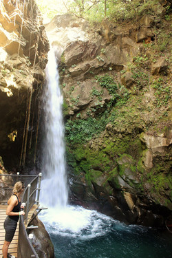 Oropendula water falls on route