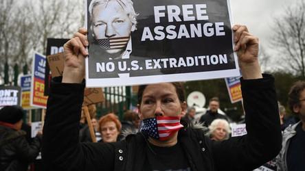 Os governos dos EUA e Reino Unido deveriam libertar Julian Assange