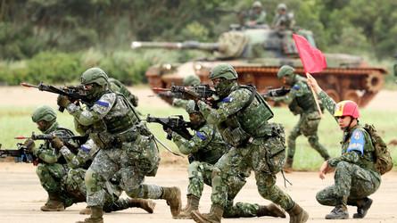 China: Forças militares terrestres simulam exercícios de guerra urbana em Taiwan
