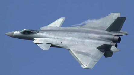 Piloto de caça F-22 em jato real enfrenta um caça chinês J-20 em realidade aumentada e se dá mal