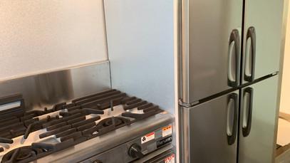 3口ガスコンロと縦型4室冷蔵