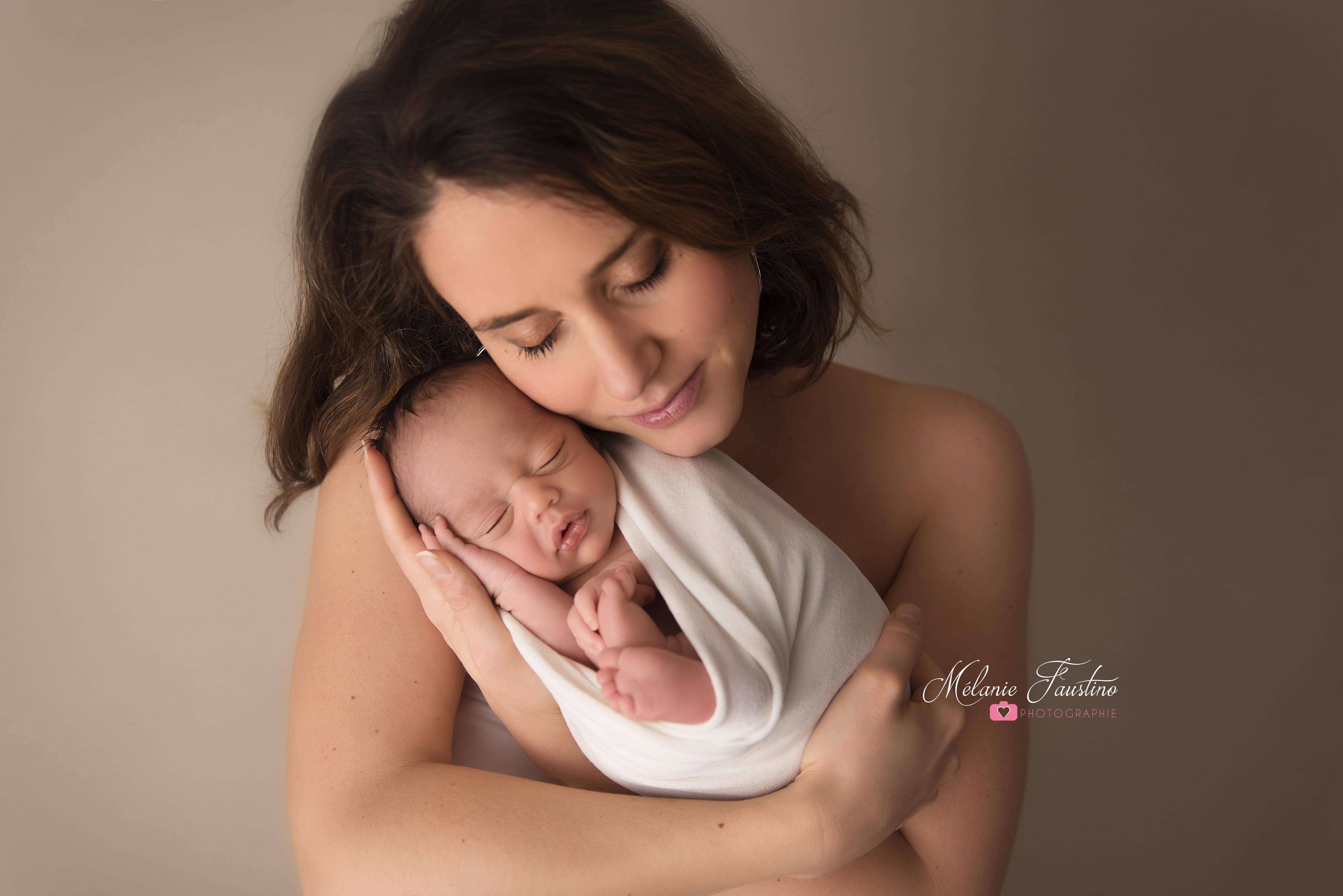photo maman bébé naissance posing