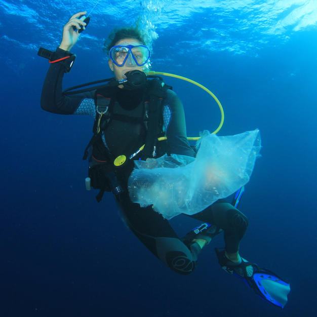 Diver collecting plastic