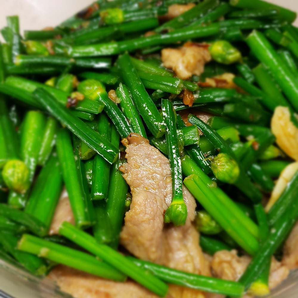 A quick and tasty dish with only three ingredients! Flowering Chives, Pork Liver and Garlic.