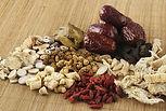 """""""Que l'alimentation soit ton seul médicament"""" recommandait Hyppocrate.  La médecine chinoise suit tout à fait cette logique puisque l'alimentation est notre principale source d'énergie. Si cette source est correcte, on maintient la santé, si cette source n'est pas pure, l'énergie que l'on en puise est également viciée. Le praticien pourra recommander des modifications diététiques ou des compléments alimentaires afin de corriger les erreurs potentielles."""