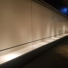 前方開啟展覽櫃
