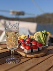 Champagne and bites _ Sailing Chef