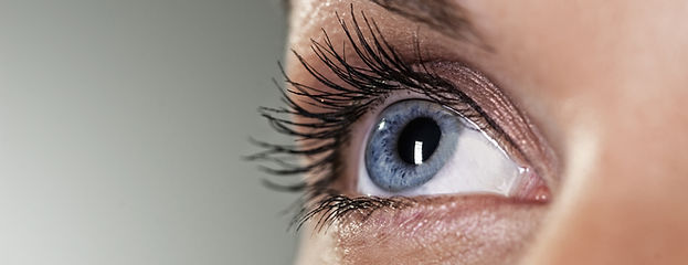 Blaues Auge auf grauem Hintergrund