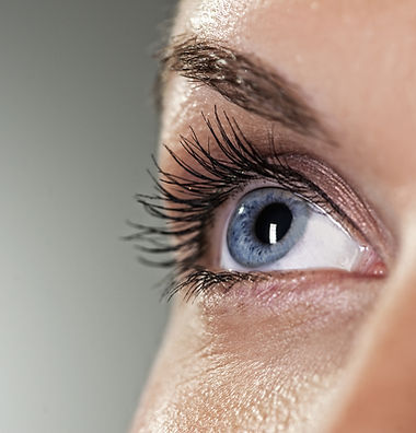 ojo azul sobre fondo gris