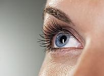 Olhos azuis no fundo cinzento