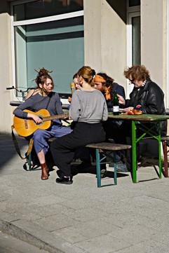 kostenloses mittagessen für bedürftige mit musikbegleitung.jpg