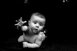 Baby fängt Seifenblasen