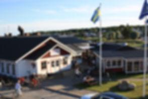 Restaurangen sett från serveringstaketpå Hamncaféet i Hällevik.