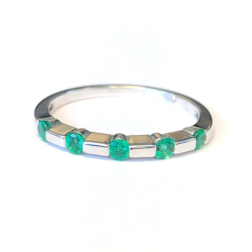 WHITE GOLD ROUND GREEN EMERALD BAND