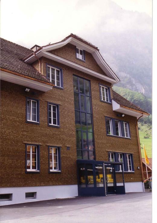 1b_Schulhaus.jpg