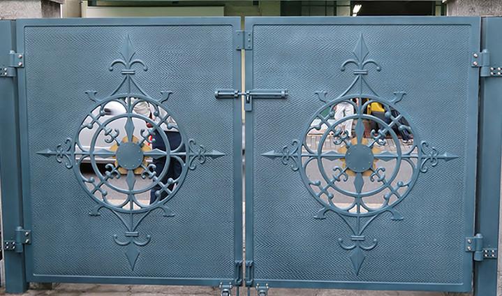 寺院門扉修復