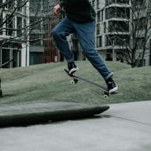 SKATEBOARDING INJURIES - PREVENTION GUIDELINES AND PROTECTIVE EQUIPMENT