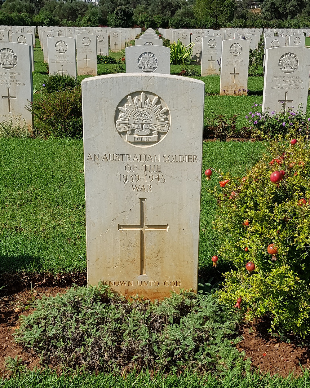 Picture of an Australian soldier's headstone of the 1939-45 war in Souda Bay, Crete. Courtesy of myfamilygenealogist.com