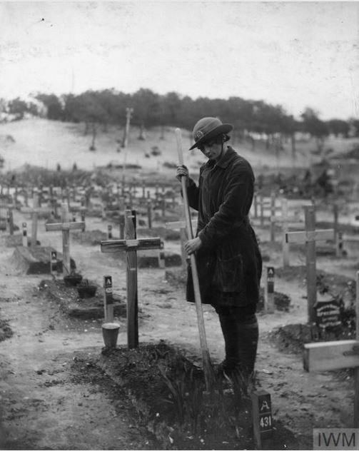 A WAAC member tending a British war grave in France during WW1. Courtesy of Imperial War Museum.