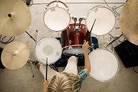 Bovenaanzicht van een drummer
