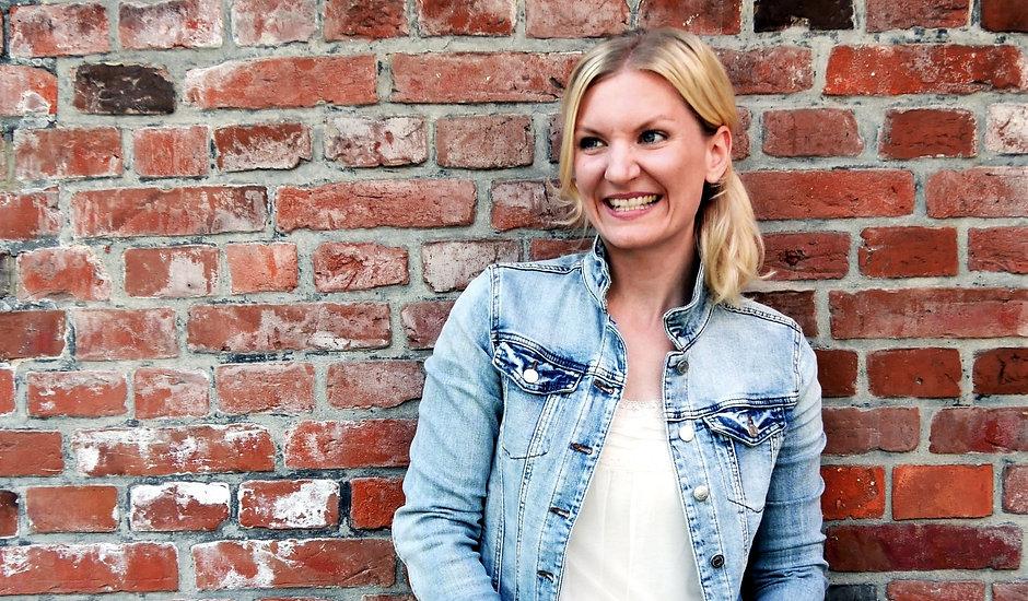 Christine Winkelmann ist Hochzeitssängerin, Songwriterin, Gesangsdozentin und buchbar für Firmenevents, Wohnzimmerkonzerte und Privatfeiern.