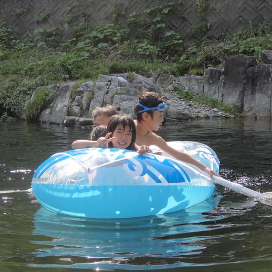 Summerは川遊び