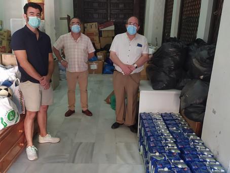 Repartiendo leche a Cáritas de Andújar, Jerez y a la Casa de la Misericordia de San Gabriel