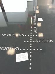 Adesivi segnaletici a pavimento