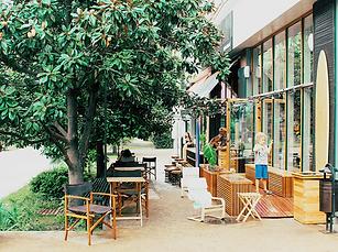 Restaurante sustentável, com mesas ao ar livre aproveitando a sombra das árvores. Clique e conheça mais sobre o serviço Estabelecimento Sustentável