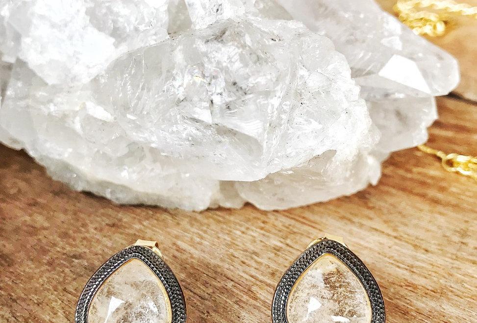 Coleção Lys Brinco Dourado Gota Cristal de Rocha Joia Terapêutica by Bluegaya