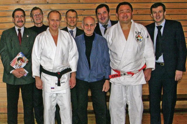 Владимир Путин с тренером Анатолием Рахлиным, великим японским борцом Ясухиро Ямосито. и коллегами