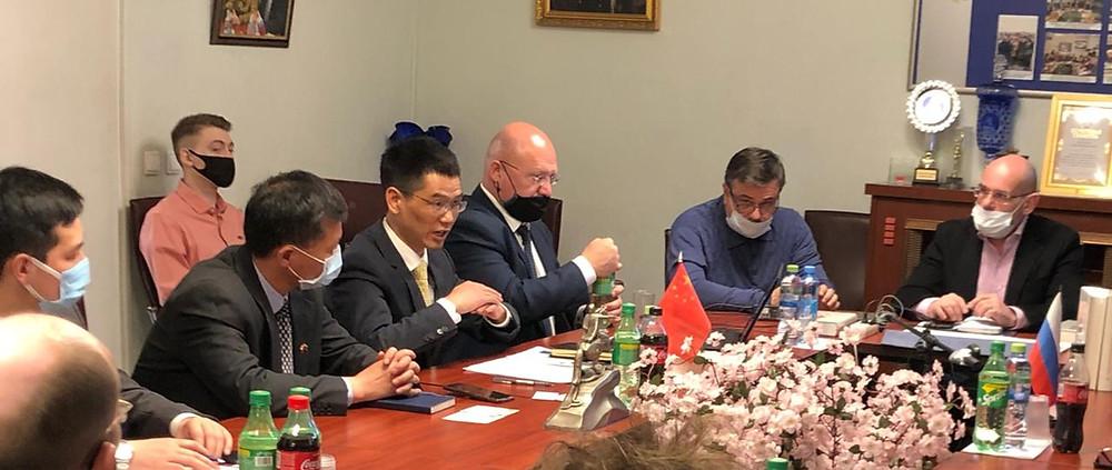 В центре консул Китая по вопросам экономики Цю Цюньфэй