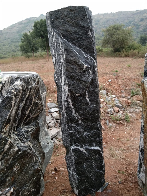 Mittlböck Natursteine Felsen Grabfelsen Granit Spaltfelsen No. 38