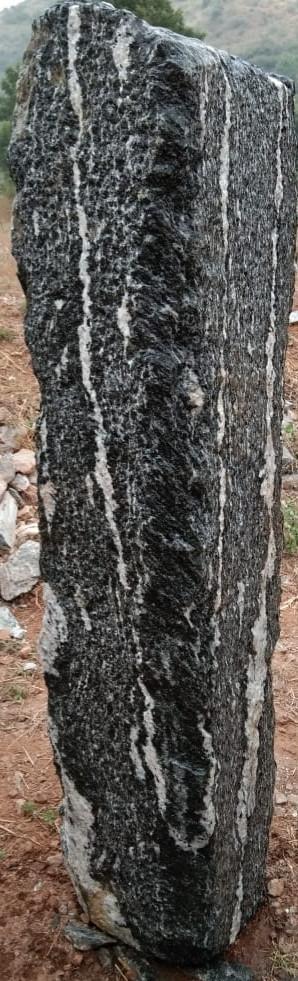 Mittlböck Natursteine Felsen Grabfelsen Granit Spaltfelsen No. 54