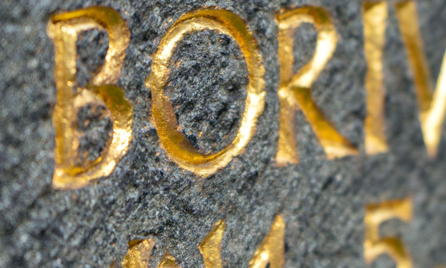 Grabmal-Grabstein-Inschrift-vergoldet-St