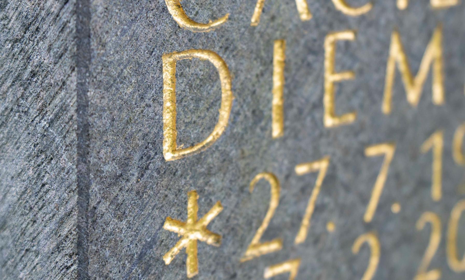 09-Urnengrab-Urnenstein-Inschrift-Steinm