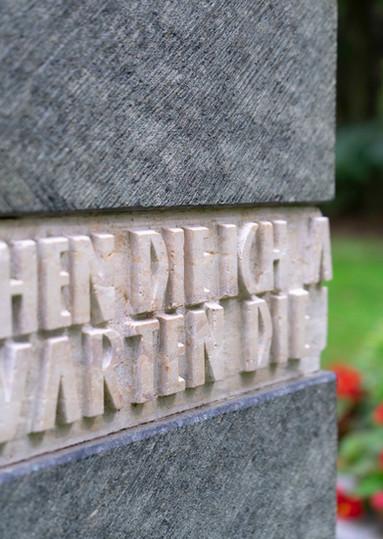 Urnengrab-Urnenstein-Steinmetz-erhabene-