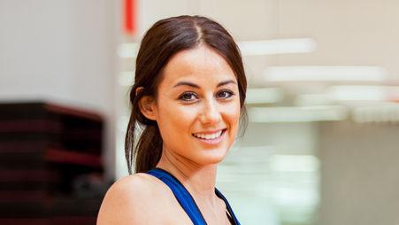 若い女性を笑顔